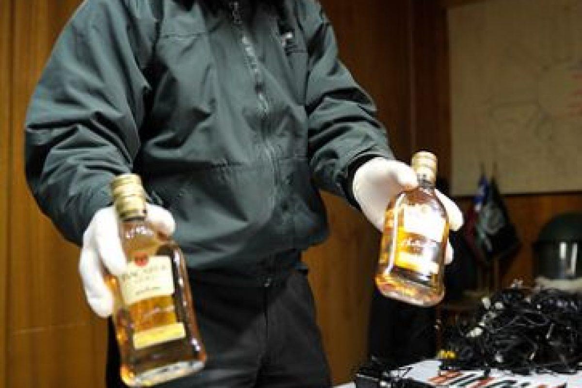 Un gendarme muestra la incautación de teléfonos celulares y elementos prohibidos, como botellas de alcohol, las cuales intentaban ser ingresadas por un hombre en la ex Penitenciaría. Un gendarme estaría involucrado en el ilícito.. Imagen Por: