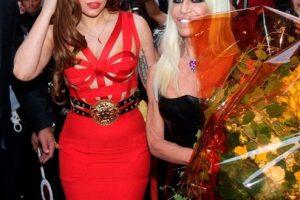 La cantante estadounidense Lay Gaga aparece junto a la vice presidenta del Grupo Versace, Donatella Versace, durante un encuentro de la moda en Milán. La artista anunció que grabará un disco de jazz con Tony Bennett, con quien ya colaboró en el último disco de duetos del veterano cantante.. Imagen Por: