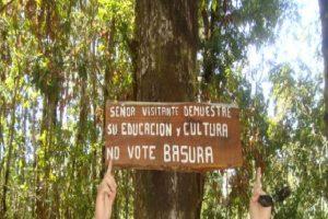 """En los Ojos del Caburga un cartel llama a """"votar"""" basura en vez de botarla. Foto:Scoopshot. Imagen Por:"""