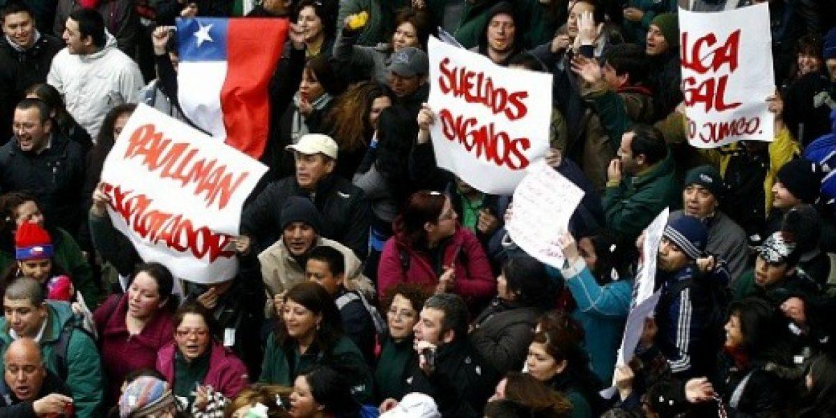 Trabajadores de cadena de supermercados de Cencosud inician huelga