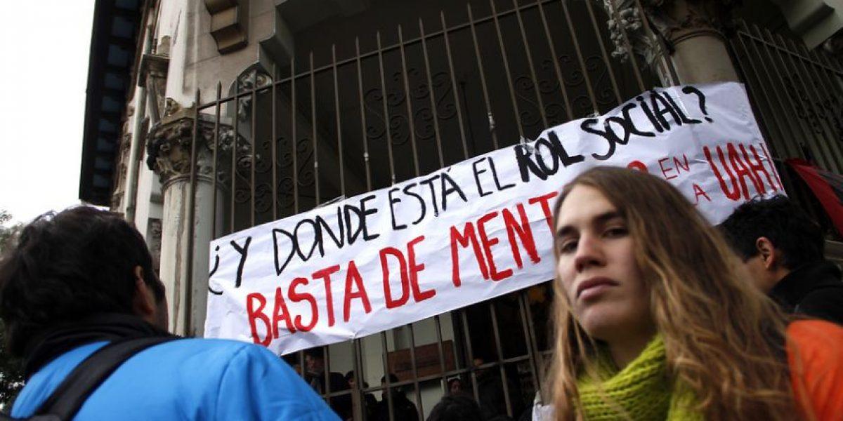 [FOTOS] Alumnos de la U. Alberto Hurtado se toman sede del Arzobispado de Santiago
