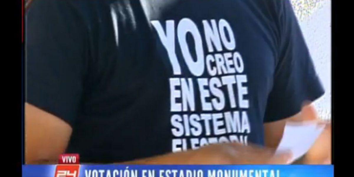 [FOTO] Vocal de mesa fue detenido por este lema impreso en su polera