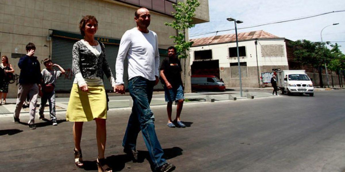 [FOTOS] De la mano con su novio llegó a votar Carolina Tohá