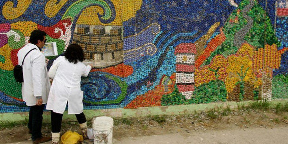 [FOTOS] Escolares hicieron este colorido mural con puras tapas de botella