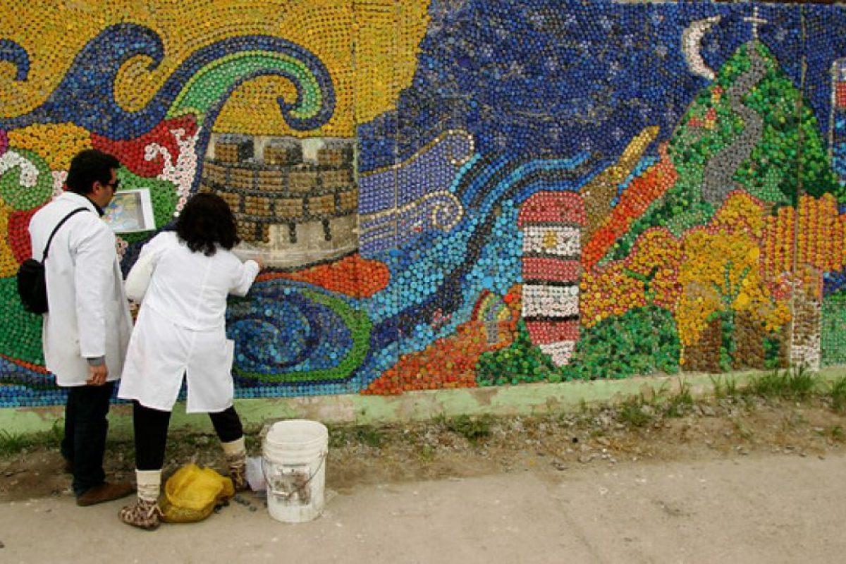 En la ciudad de Quintero, un grupo de estudiantes de distintos colegios realizó este hermoso mural solamente a base de tapas recicladas, en el muro de un colegio. Foto:Agencia Uno. Imagen Por: