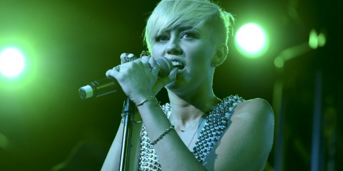 Miley Cyrus podría protagonizar escena lésbica y desnudarse para video