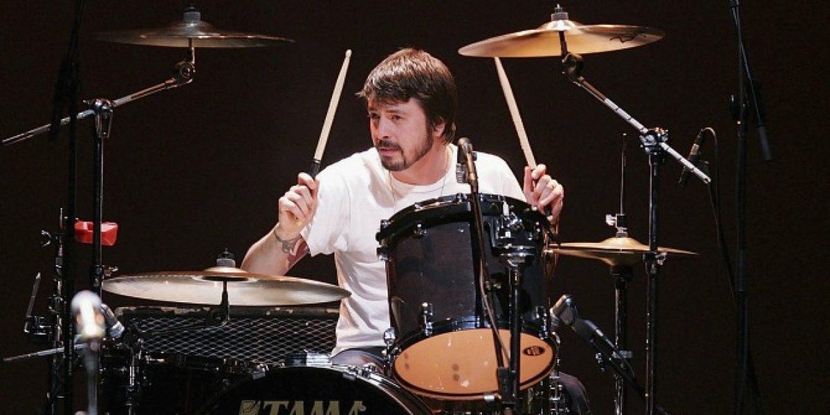 Dave Grohl regresa a la batería de QOTSA en nuevo disco