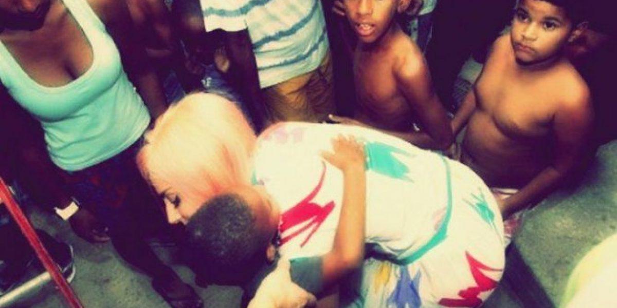 Lady Gaga juega fútbol y canta con niños de una favela de Río de Janeiro