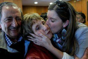 El aún alcalde de Ñuñoa, Pedro Sabat, sigue el conteo de votos en el tribunal Electoral en compañía de sus padres y de su hija, la diputada Marcela Sabat. Foto:Agencia Uno. Imagen Por: