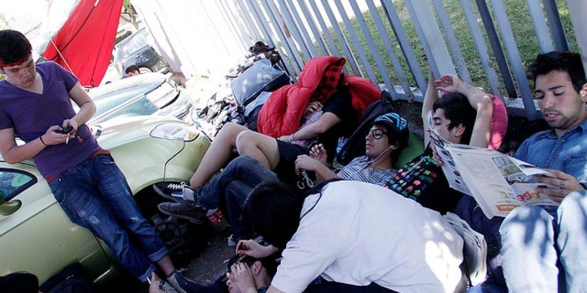 Decena de fanáticos acampan en el Nacional para concierto de Lady Gaga