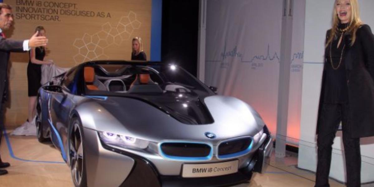 Uma Thurman posa junto al BMW i8 Spyder Concept
