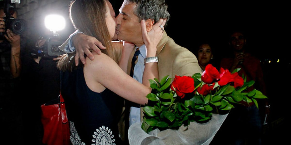 Andrés Velasco recibió con flores y besos a Consuelo Saavedra en la entrada de TVN