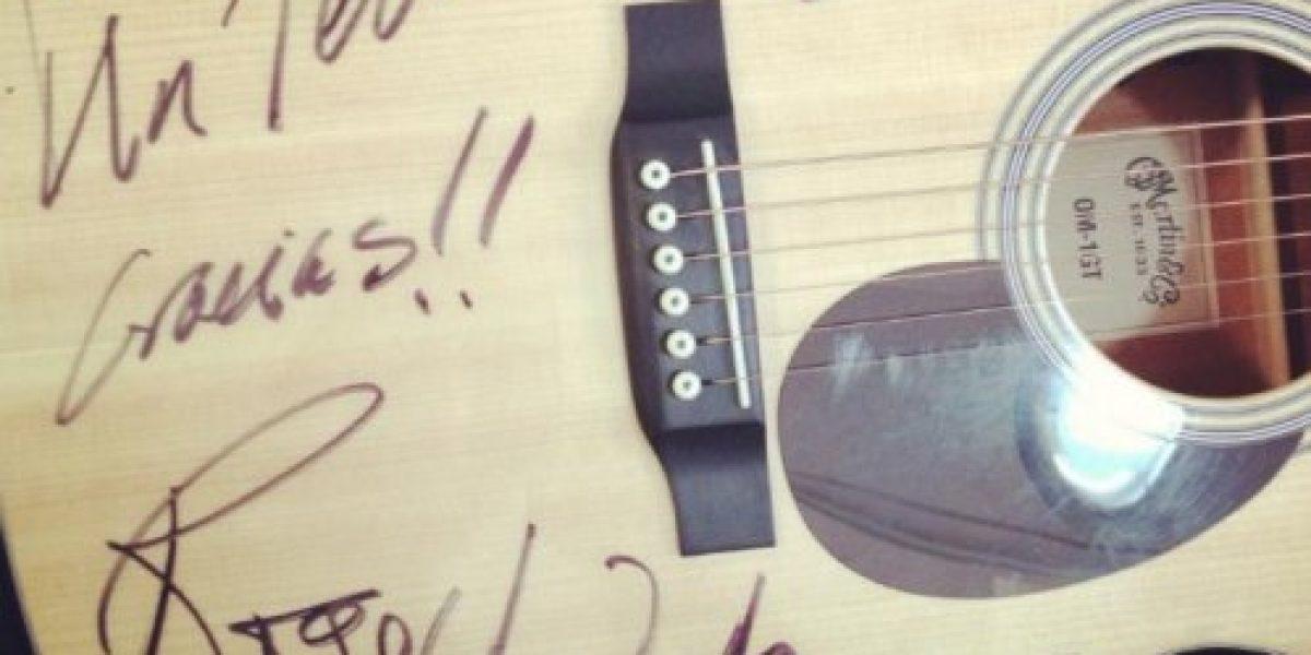 Llega guitarra donada por Roger Waters a Un Techo para Chile y será subastada