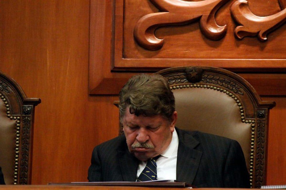 El juez del Tricel, Carlos Künsemüller, es vencido por el sueño mientras se realizaban los alegatos orales por las elecciones en Ñuñoa. Foto:Agencia Uno. Imagen Por:
