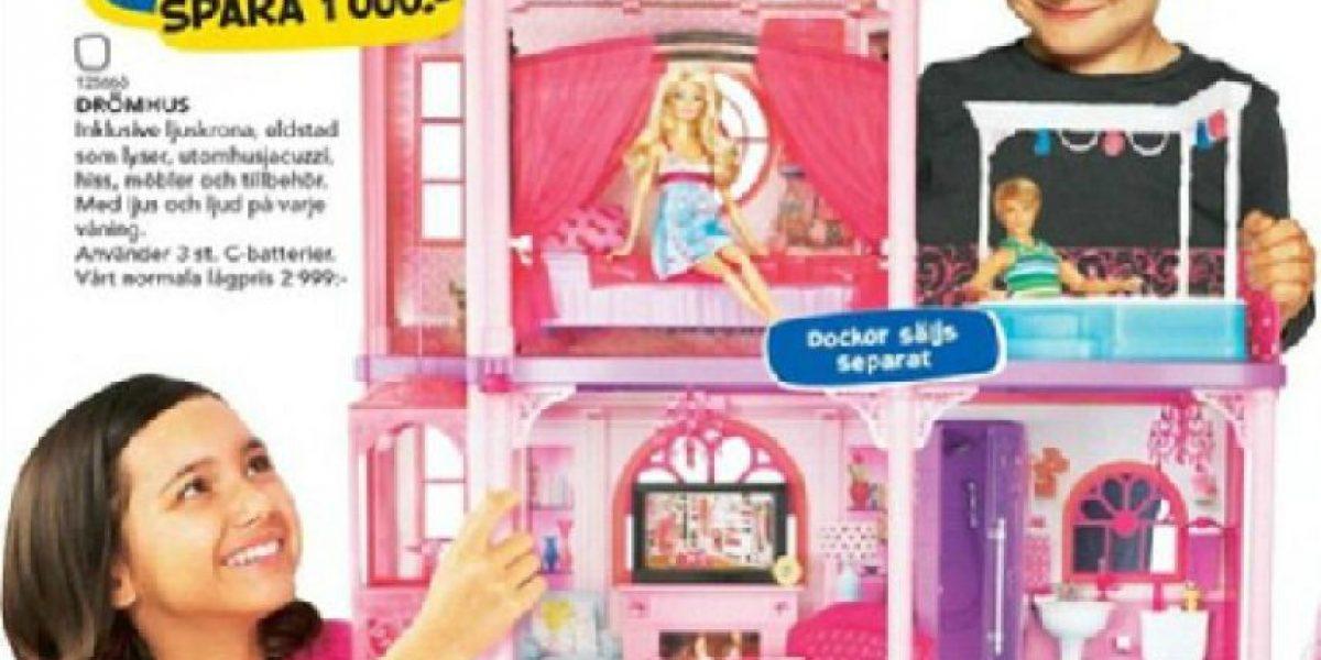 Catálogo en Suecia muestra a niños jugando con muñecas y a niñas con armas