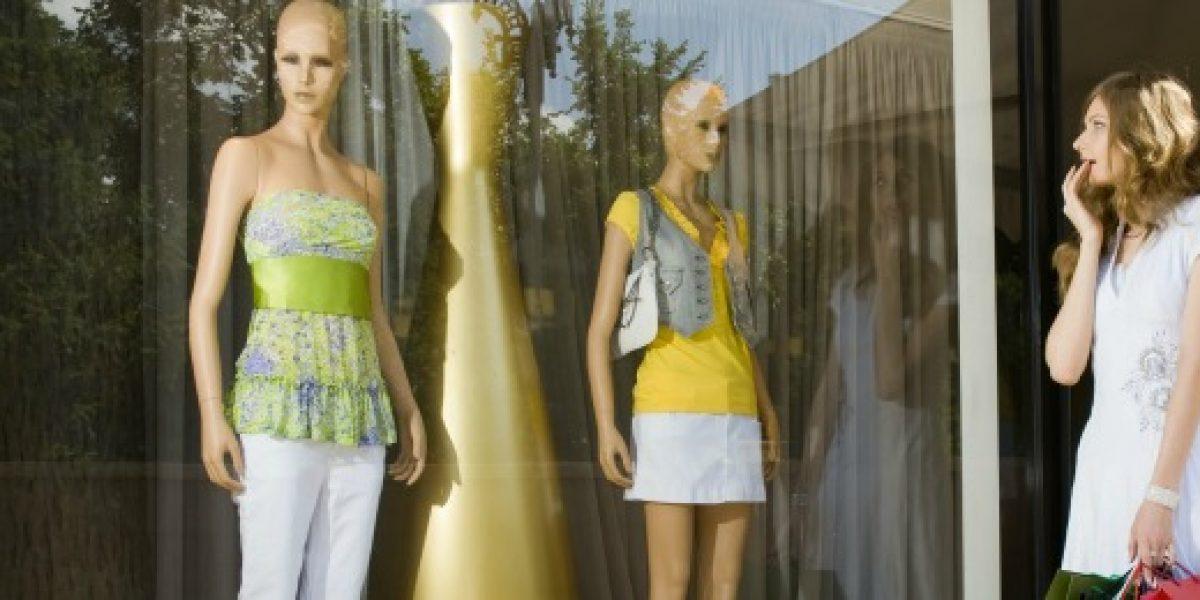 Ahora los maniquíes te observan en las tiendas de lujo y hacen un perfil