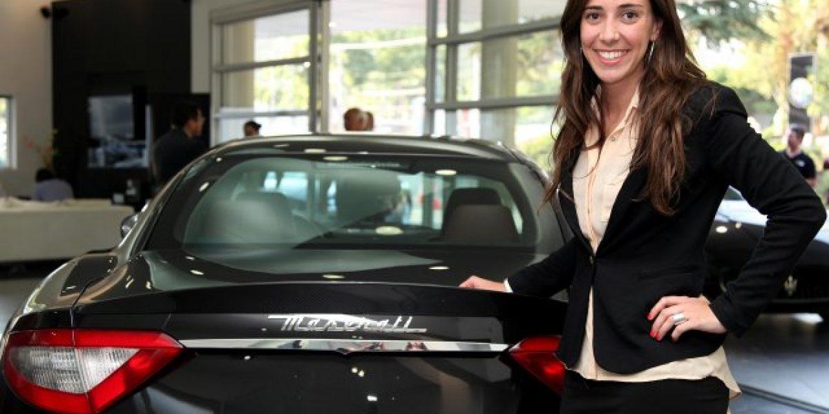 Una mujer en la cabeza de Maserati