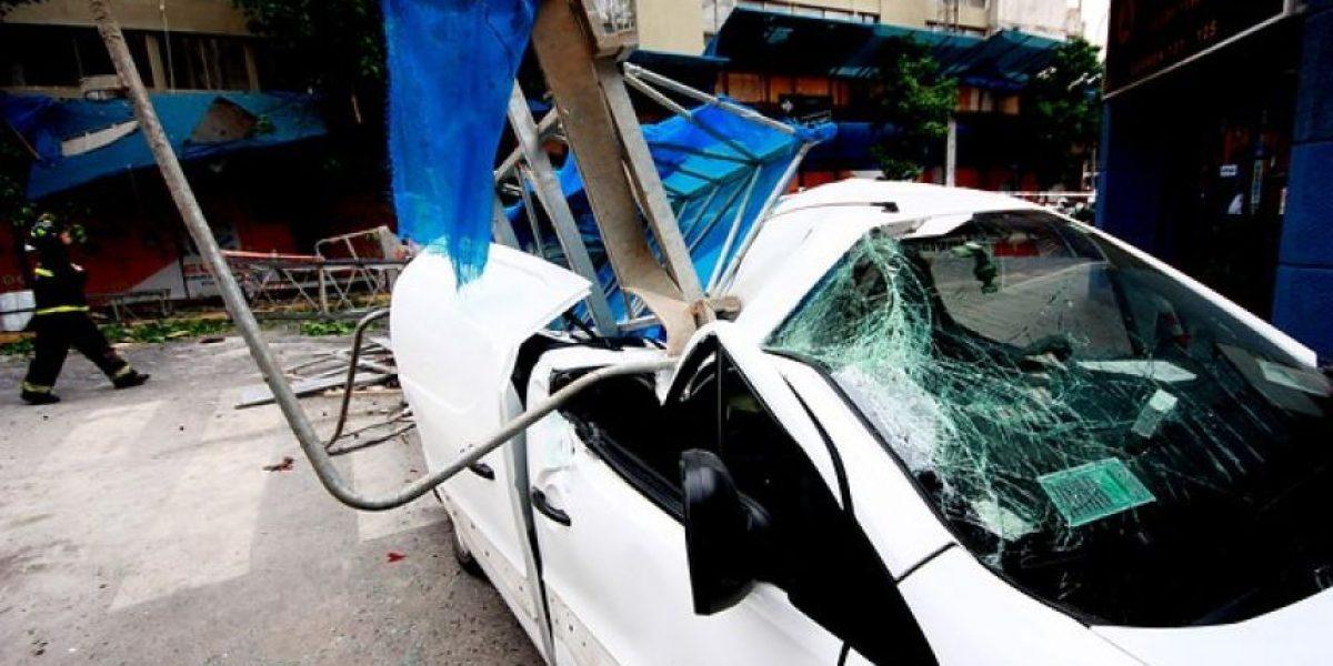 [FOTOS] Andamio cae sobre vehículo en el centro de Santiago y deja dos lesionados
