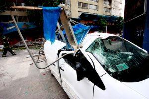 Un andamio cayó sobre un vehículo dejando a dos personas lesionadas, en la esquina de calle Carmen con Sara del Campo, en el centro de Santiago. Según Carabineros el accidente se produjo en las inmediaciones de una construcción y sus causas aún se desconocen. Foto:Agencia Uno. Imagen Por: