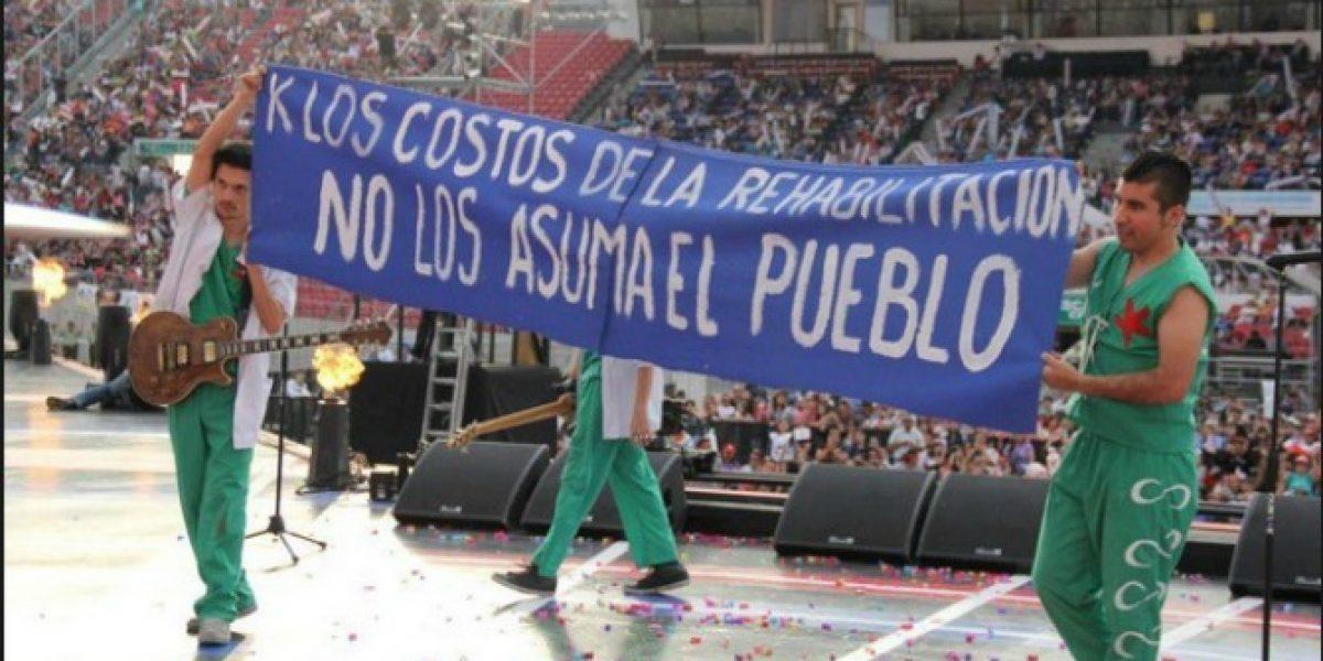 Teloneros de la Teletón criticaron con lienzo el evento