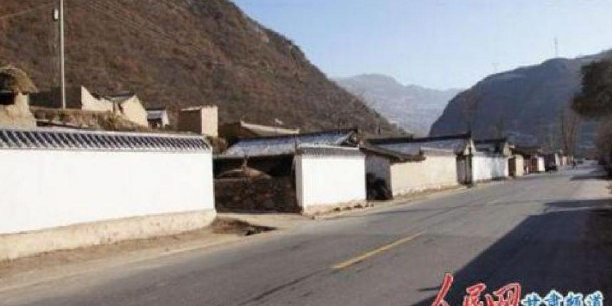 Construyen muro en una carretera para tapar un