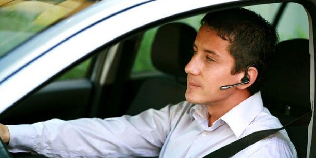 ¿Sabes conducir mientras hablas con manos libres