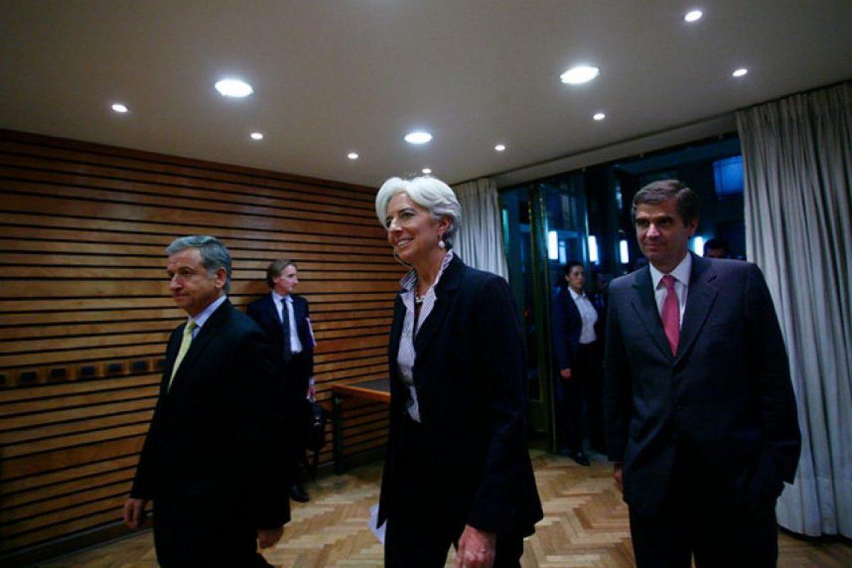 """El ministro de Hacienda, Felipe Larraín, junto al presidente del Banco Central, Rodrigo Vergara, recibieron a la directora ejecutiva del Fondo Monetario Internacional (FMI), Christine Lagarde (en el centro). La autoridad, quien proyectó un crecimiento de 5,5% en la economía local en 2013, elogió las cifras macroeconómicas del país las que calificó de """"fantásticas"""", aunque también destacó que en el Chile hay muchos interesados en """"más calidad e igualdad"""". Foto:Agencia Uno. Imagen Por:"""