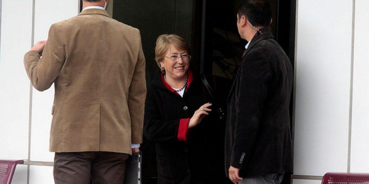 Vistiendo jeans y zapatillas Michelle Bachelet arriba a Santiago