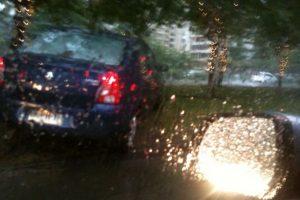 Este conductor, que estaba en el taco de la caletera de Kennedy, no encontró nada mejor que entrar a la autopista por encima del bandejón para sortear la congestión. Foto:Twitter. Imagen Por: