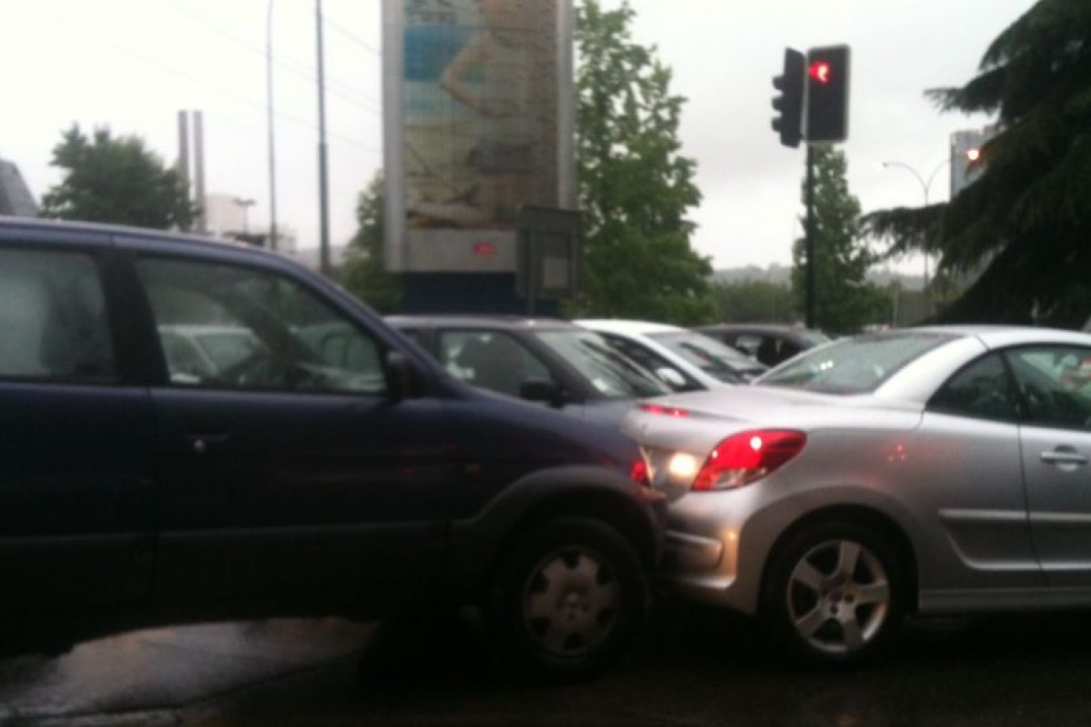 En la imagen, un conductor no despega su auto del que lo antecede para no perder el puesto… Foto:Twitter. Imagen Por: