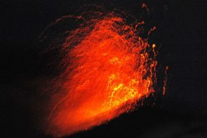 Vista de noche de la erupción del Volcán Copahue, lo que llevo a la Oficina Nacional de Emergencias junto al Servicio Nacional de Geología y Minas decretar alerta roja en relación a la actividad volcánica del Copahue en el Alto Bibío en la octava región.. Imagen Por:
