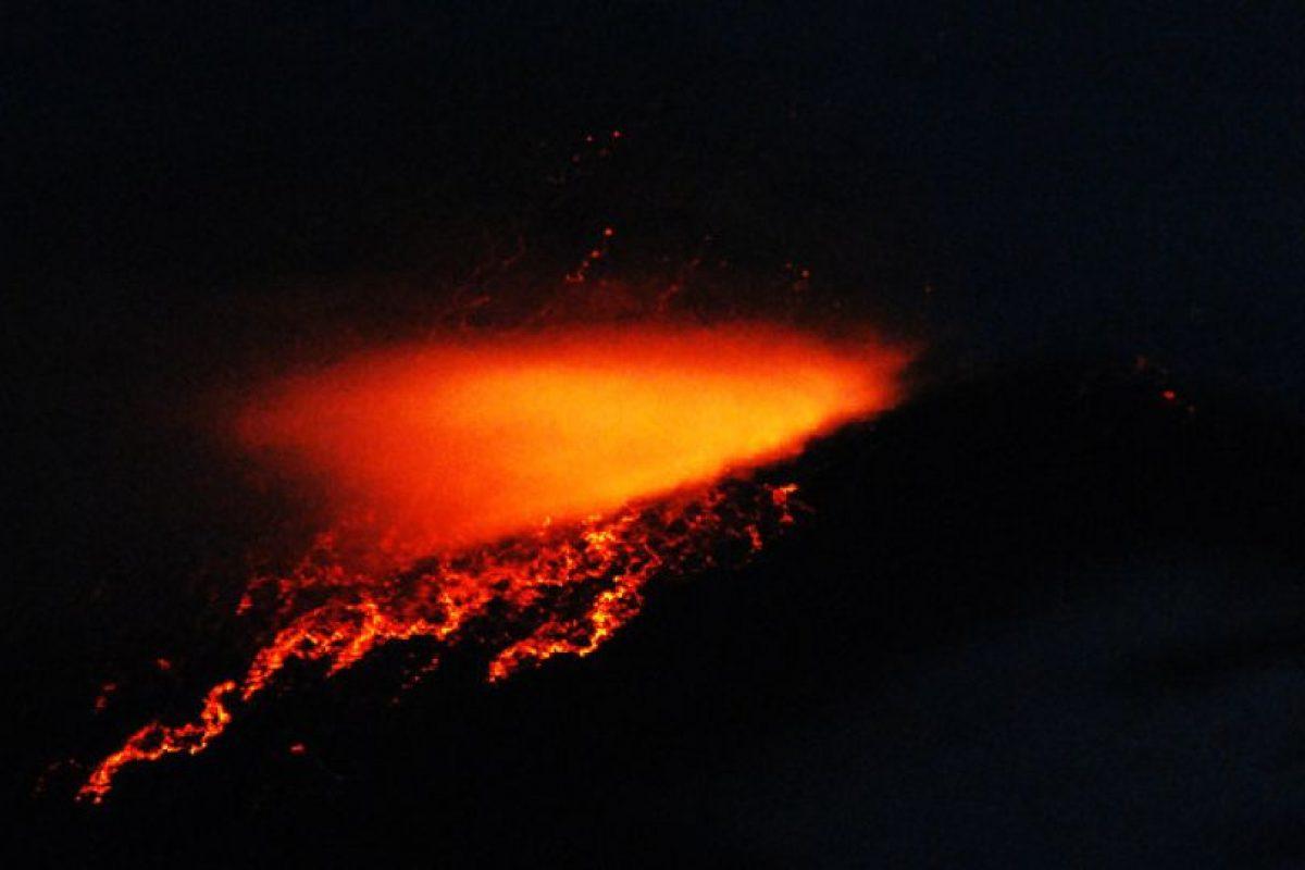 Vista de noche de la erupción del Volcán Copahue, lo que llevo a la Oficina Nacional de Emergencias junto al Servicio Nacional de Geología y Minas decretar alerta roja en relación a la actividad volcánica del Copahue en el Alto Bibío en la octava región. Foto:Agencia UNO. Imagen Por: