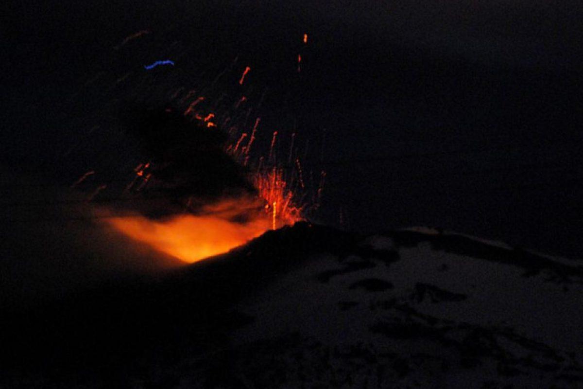 Vista de noche de la erupción del Volcán Copahue, lo que llevo a la Oficina Nacional de Emergencias junto al Servicio Nacional de Geología y Minas decretar alerta roja en relación a la actividad volcánica del Copahue en el Alto Bibío en la octava región Foto:Agencia UNO. Imagen Por: