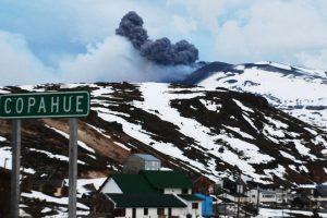 Vista de esta mañana de la erupción del Volcán Copahue, lo que llevo a la Oficina Nacional de Emergencias junto al Servicio Nacional de Geología y Minas decretar alerta roja en relación a la actividad volcánica del Copahue en el Alto Bibío en la octava región. Foto:Agencia UNO. Imagen Por: