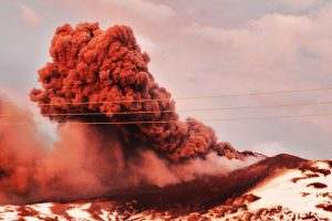 Vista de esta mañana de la erupción del Volcán Copahue, lo que llevo a la Oficina Nacional de Emergencias junto al Servicio Nacional de Geología y Minas decretar alerta roja en relación a la actividad volcánica del Copahue en el Alto Bibío en la octava región.. Imagen Por: