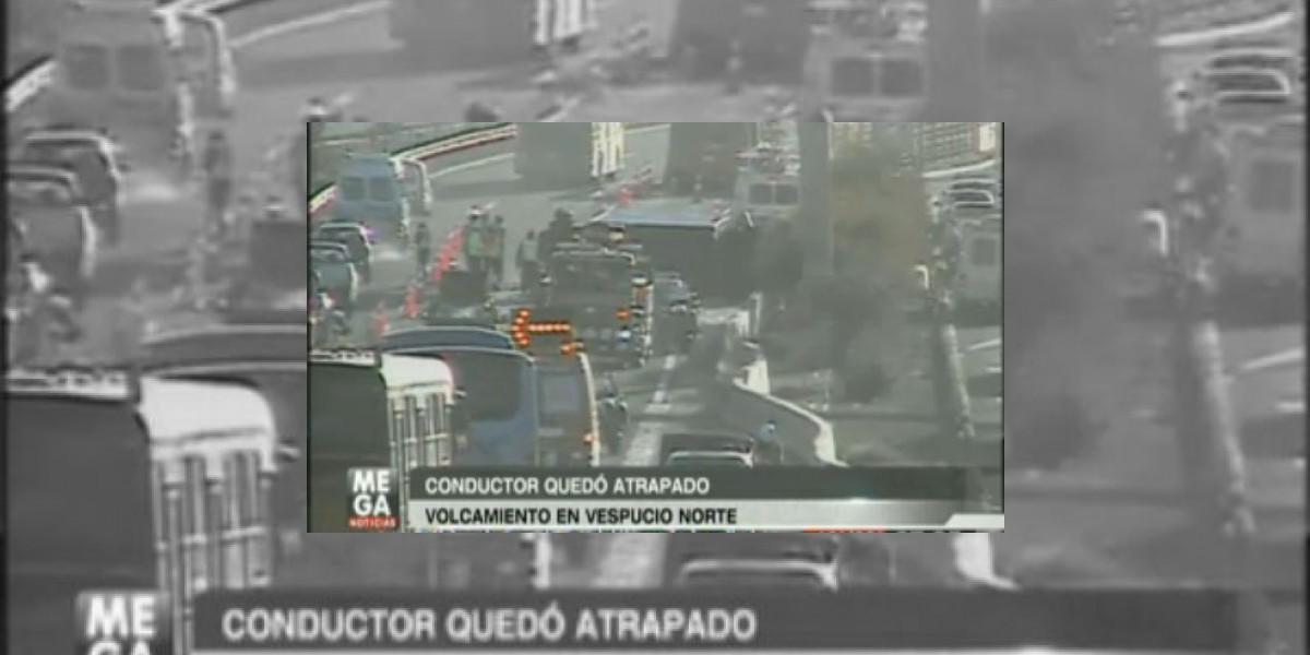 Enorme taco provoca grave accidente en la autopista Vespucio Norte