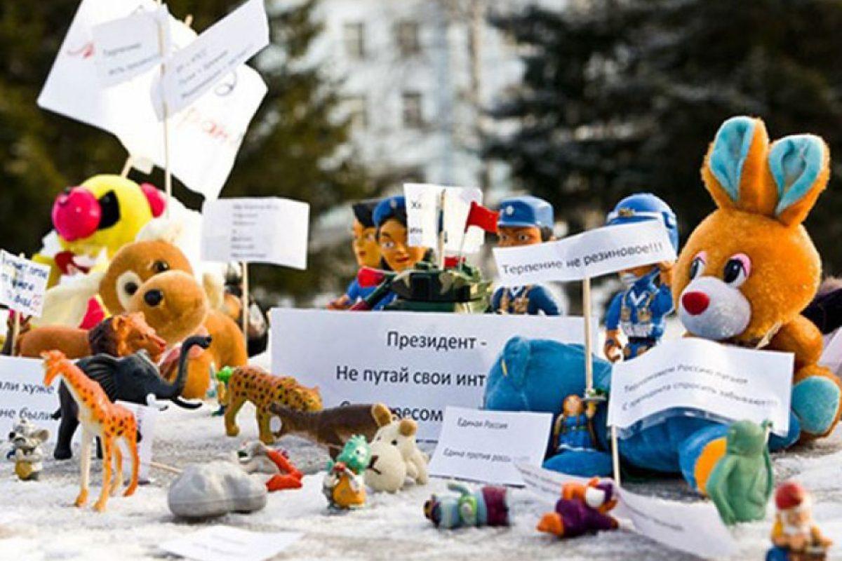 """1. Postear fotos: En Bielorrusia, Anton Suryapin pasó más de un mes en prisión por publicar en Internet fotos de ositos de peluche cayendo de un avión. Los juguetes formaban parte de una campaña realizada por una agencia de publicidad sueca que pedía por la libertad de expresión en Bielorrusia. Anton enfrenta cargos por """"organizar una migración ilegal"""" simplemente por ser el primero en subir las fotos de los peluches. De ser condenado, puede llegar a pasar hasta siete años de prisión.. Imagen Por:"""