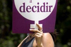"""7. Abortar: En El Salvador, """"Mery"""" buscó hacerse un aborto clandestino utilizando medicamentos cuando llevaba ocho semanas de gestación. Algunos síntomas que tenía la preocuparon y se dirigió al hospital a recibir asistencia médica. El cuerpo médico la denunció a la policía. El aborto es considerado un crimen en cualquier circunstancia en este país. Fue condenada y sentenciada a dos años de prisión por inducirse el aborto. Su salud mental se ha deteriorado tanto que ha intentado suicidarse y en la actualidad está detenida en una unidad psiquiátrica.. Imagen Por:"""