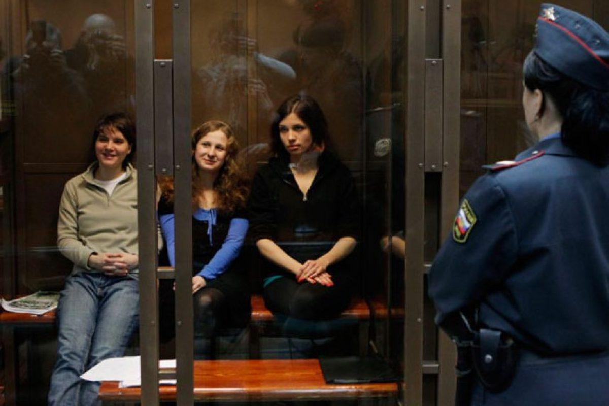 """10. Cantar una canción: Tres miembros de la banda feminista de punk Pussy Riot fueron encontradas culpables de """"vandalismo"""" luego de cantar una canción de protesta en la Catedralde Moscú. Dos de las jóvenes fueron enviadas a colonias penitenciarias conocidas por su brutalidad lejos de Moscú para que cumplan su condena de dos años.. Imagen Por:"""