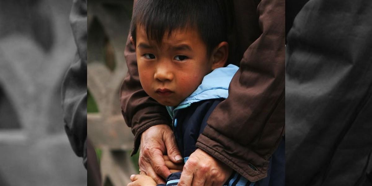 Niño muestra su trasero en televisión china ante alto dirigente