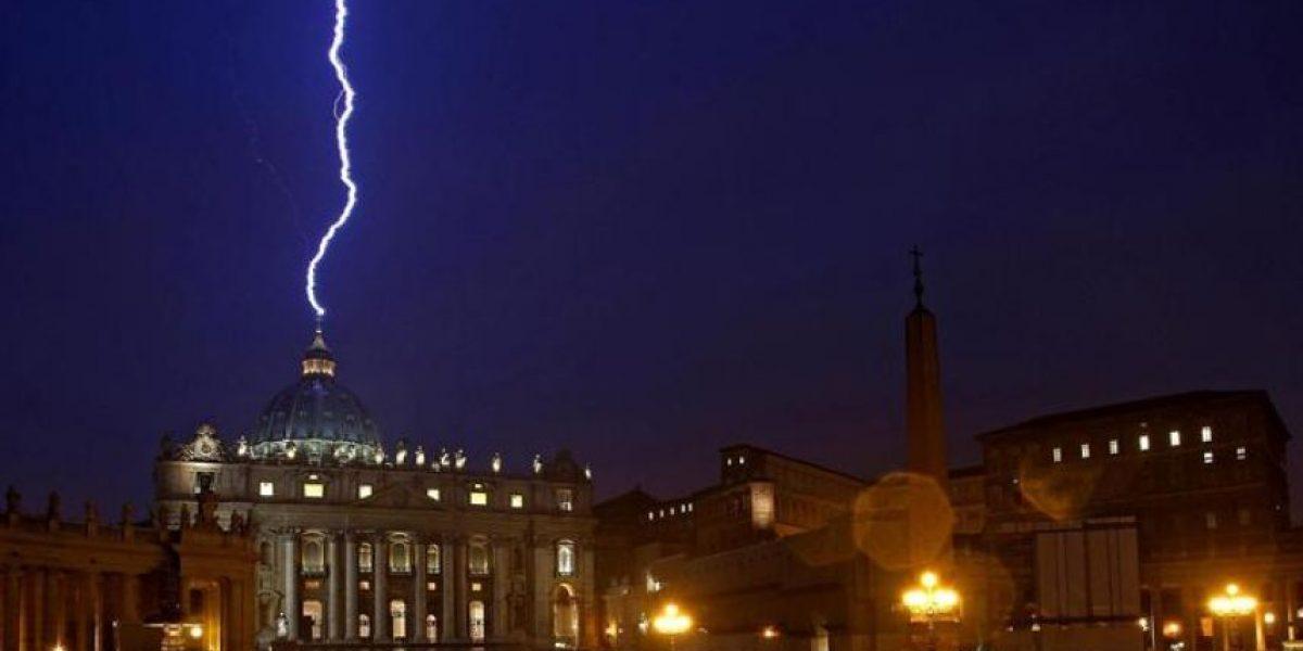 Un rayo cae en la Basílica de San Pedro el día de la renuncia del Papa