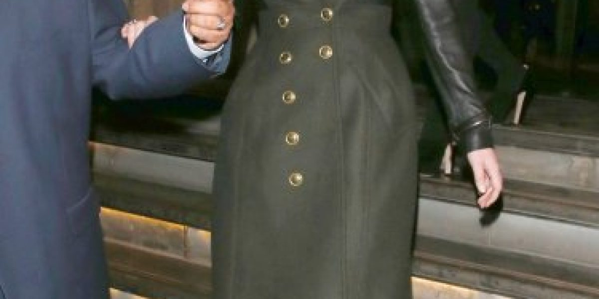 Jennifer Lawrence tropieza y se queda sin zapatos en Londres