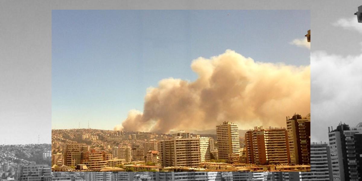 Voraz incendio en Valparaíso ya ha consumido casi 60 viviendas y da paso a saqueos