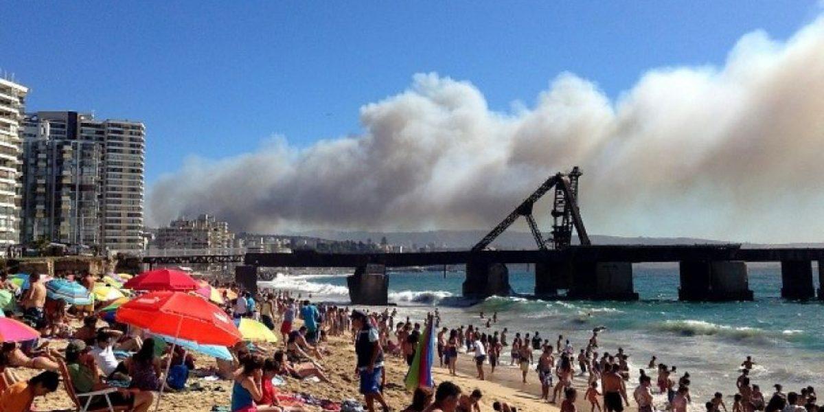 [FOTOS] Así se ve el incendio en Valparaíso desde concurrida playa de Viña del Mar