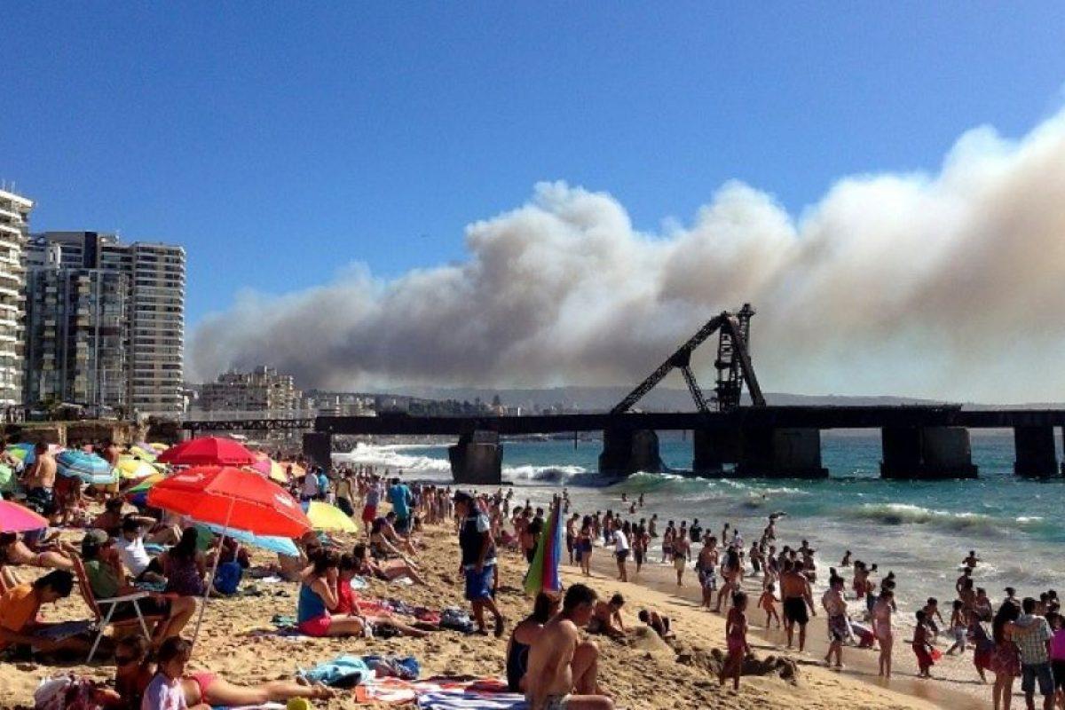 Vista desde la playa El Sol de Viña del Mar, del incendio forestal que está afectando al sector de Rodelillo en Valparaíso que no ha podido ser controlado por el momento. Foto:Agencia Uno. Imagen Por: