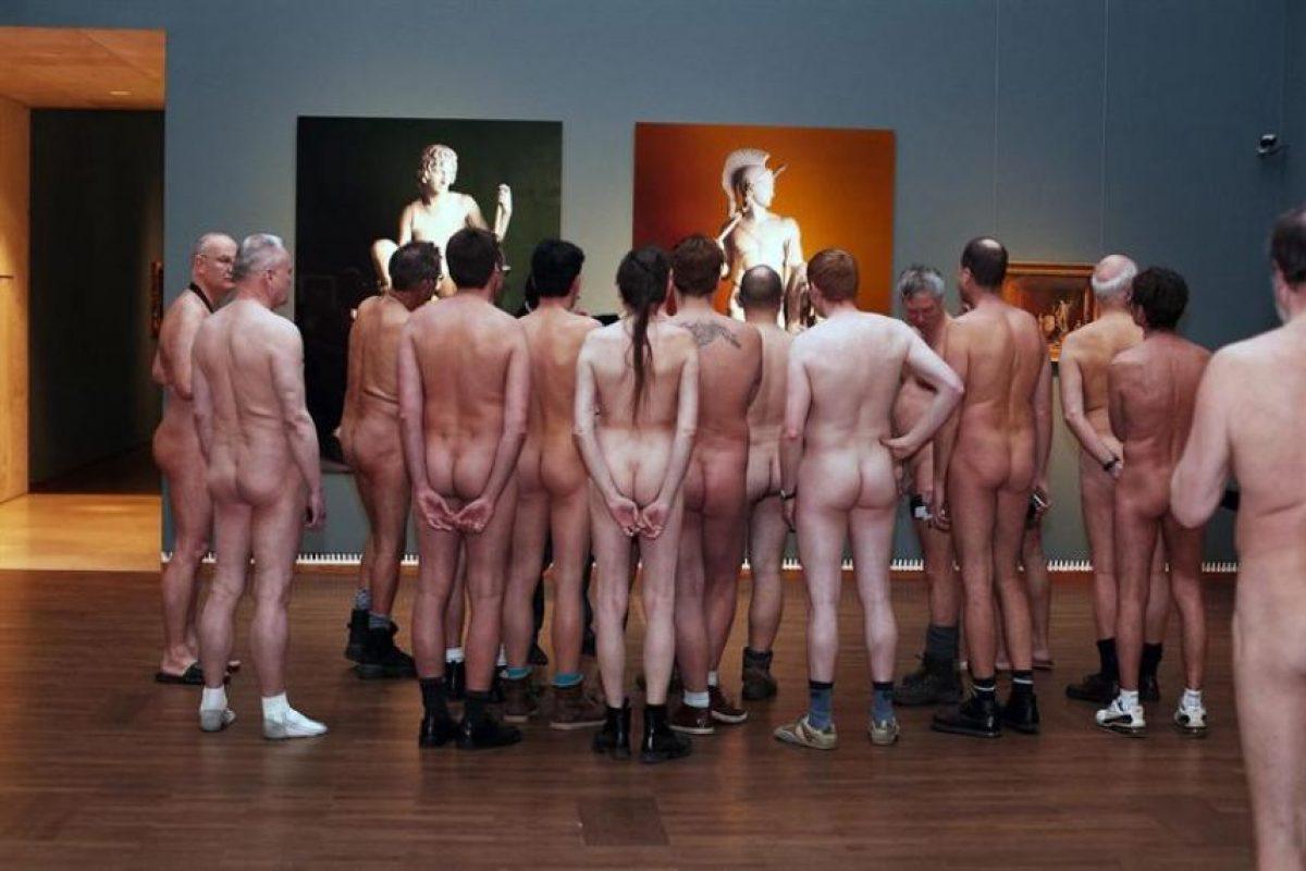 """El Museo Leopold de Viena, en Austria, organizó una visita a la muestra """"Hombres desnudos"""" especial para nudistas. Trescientos visitantes se pasearon con naturalidad, sin ropa, por una muestra de desnudismo masculino. La exposición, abierta hasta el 4 de marzo, reúne más de 300 cuadros, fotos y esculturas que abundan en lo natural del desnudo masculino y en el hecho de que siempre ha estado presente en la historia del arte. Foto:EFE. Imagen Por:"""