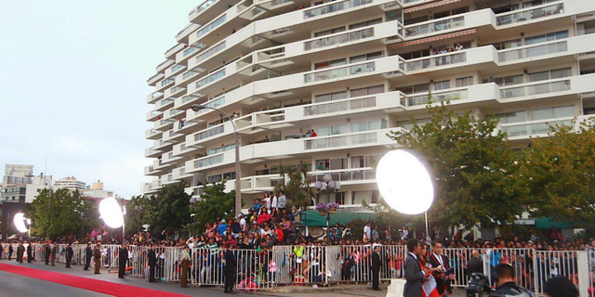 Antesala de la gala de Viña 2013: Alfombra roja lista y público en las gradas