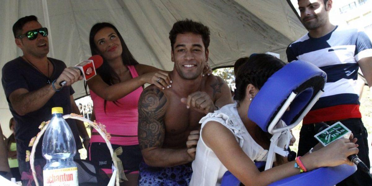 Dominique se juega candidatura con sensuales masajes en la playa