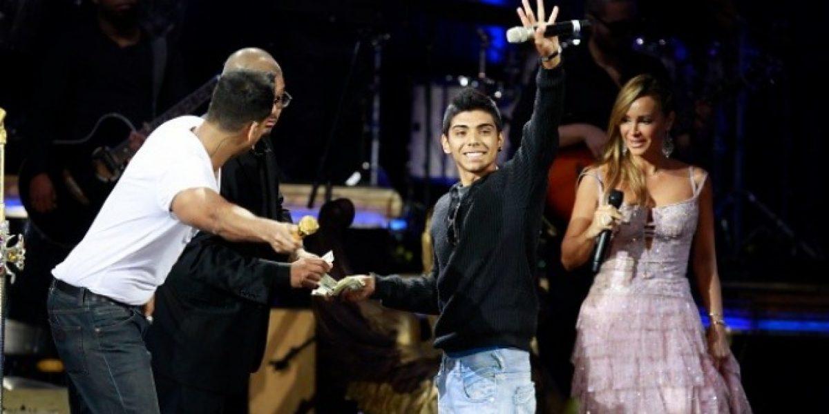 Romeo Santos regaló mil dólares a uno de sus fans en el Festival de Viña