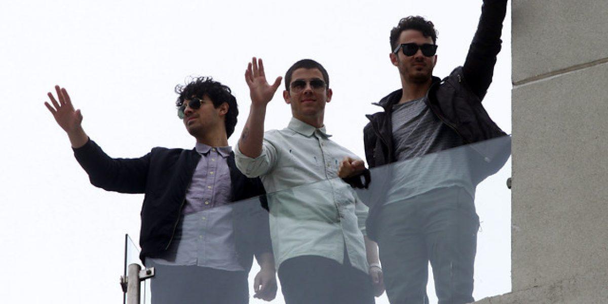 Histeria en Viña: Jonas Brothers saludan a sus fanáticas